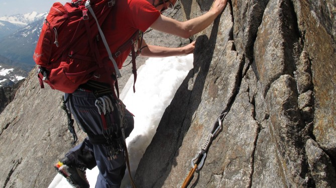 The E-ridge is not equipped with any in situ gear, but always easy to protect (slings, stopper, cams)