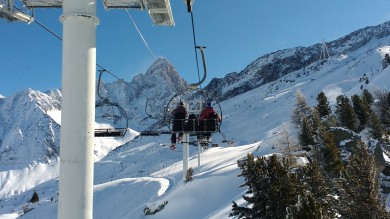 Relaxed lift ride between 1000m powder runs in the Lavancher bowl, the only time to take pictures. Nice views!